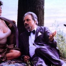 Serena Grandi con Franco Interlenghi in una scena del film Miranda, diretto da Tinto Brass