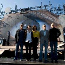 Anatoule Taubman, Mathieu Amalric, Olga Kurylenko, Daniel Craig e il regista Marc Forster posano per una foto di gruppo di Quantum of Solace