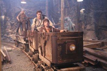 Anita Briem, Brendan Fraser e Josh Hutcherson in una scena del film Journey to the Center of the Earth 3D