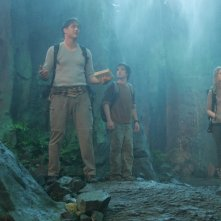Brendan Fraser, Josh Hutcherson e Anita Briem in una sequenza del film Journey to the Center of the Earth 3D