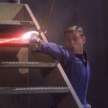 Connor Trinneer in una scena d'azione dell'episodio 'Il Comunicatore' della serie tv 'Enterprise'