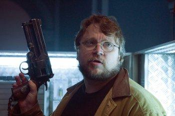 Il regista Guillermo Del Toro impugna il revolver di Hellboy sul set di Hellboy 2
