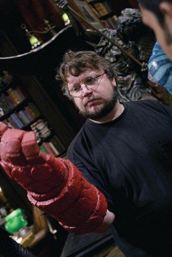 Il regista Guillermo Del Toro prova il pugno destro di Hellboy in una foto sul set di Hellboy 2