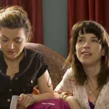 Alexis Zegerman e Sally Hawkins in una scena della commedia Happy Go-Lucky