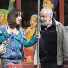 Sally Hawkins e il regista Mike Leigh sul set di Happy Go-Lucky