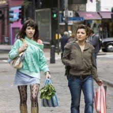 Sally Hawkins ed Alexis Zegerman in una sequenza del film Happy-Go-Lucky