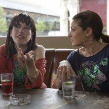 Sally Hawkins ed Alexis Zegerman in una sequenza di Happy-Go-Lucky