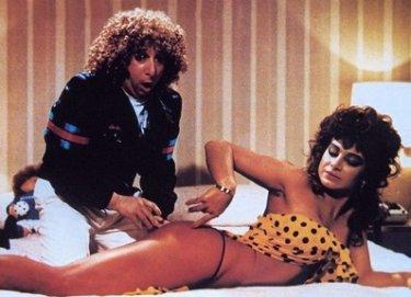Una sexy Carmen Russo e un allibito Alvaro Vitali in una scena del film Paulo Roberto Cotechino, centravanti di sfondamento