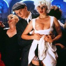 Una sexy Debora Caprioglio in versione platinata in un'immagine del film Paprika