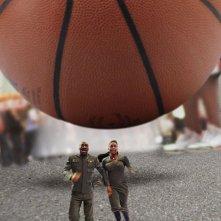 Eddie Murphy e Gabrielle Union scappano dalla palla di basket in una scena del film Piacere Dave