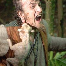 Oliver Driver attaccato da un agnellino in una scena di Black Sheep