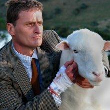 Peter Feeney e una pecora inoffensiva in una scena di Black Sheep