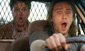 Seth Rogen e, sullo sfondo, James Franco in una scena della commedia Pineapple Express