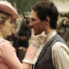 Charlotte Sullivan e Luke MacFarlane in una scena di Iron Road
