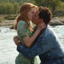 Il bacio tra Christine Horne e Cole Hauser in una scena di The Stone Angel