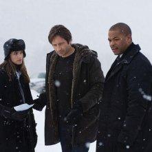 Amanda Peet, David Duchovny e Xzibit in una scena di X-Files: Voglio crederci