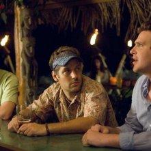 Jack McBrayer, Paul Rudd e Jason Segel in una scena della commedia Forgetting Sarah Marshall