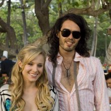 Kristen Bell e Russell Brand in una scena del film Forgetting Sarah Marshall