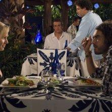 Kristen Bell, Russell Brand e, sullo sfondo, Jason Segel e Jonah Hill in una sequenza di Forgetting Sarah Marshall
