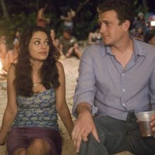 Mila Kunis e Jason Segel in una scena del film Forgetting Sarah Marshall