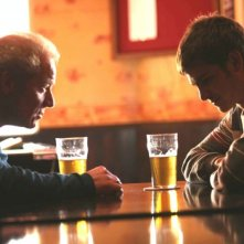 Peter Mullan e Andrew Garfield in una sequenza del film Boy A