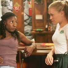 Anna Paquin e Rutina Wesley in una scena di True Blood