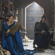 Michelle Yeoh e Russell Wong in una scena del film La mummia 3