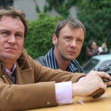 John Simm e Philip Glenister in un momento del sesto episodio di Life on Mars