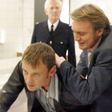 John Simm e Philip Glenister in un momento del settimo episodio di Life on Mars