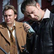 John Simm e Philip Glenister in una scena dell'ottavo episodio di Life on Mars