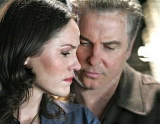 William L. Petersen e Jorja Fox in una sequenza di CSI