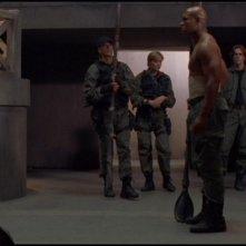Christopher Judge e sullo sfondo gli altri membri dell'SG-1 nell'episodio 'Condanna a morte' della serie tv Stargate SG-1