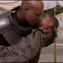 Christopher Judge tiene tra le braccia il piccolo Neil Denis che interpreta Rya'c il figlio di Teal'c nell'episodio 'Schiavi di un falso dio' della serie Stargate SG-1
