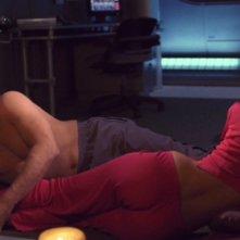 Connor Trinneer e Jolene Blalock nei ruoli di Trip e T'Pol durante una seduta di neuropressione vulcaniana nell'episodi 'Similitudini' della serie Enterprise