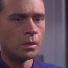 Connor Trinneer in un momento drammatico dell'episodio 'Il cogenitore' della serie tv Enterprise