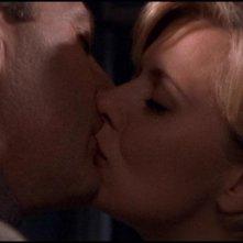 Garwin Sandford, nel ruolo di Narim, da un bacio d'addio a Sam, interpretata da Amanda Tapping, nell'episodio 'Enigma' della serie tv Stargate SG-1