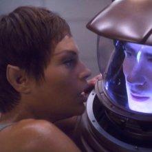 Jolene Blalock e Dominic Keating nell'episodio 'La taglia' della serie tv Enteprise