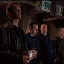 Richard Dean Anderson e Don S. Davis insieme ad altri membri del cast in una scena dell'episodio 'I figli degli dei' della serie 'Stargate Sg-1'