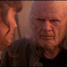 Un invecchiato Richard Dean Anderson nell'episodio 'Alterazione biologica' della serie tv Stargate SG-1