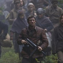 Daniel Craig nei panni di Tuvia Bielski in una scena del film Defiance