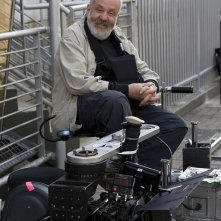 Il regista Mike Leigh sul set di Happy Go-Lucky