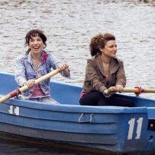 Sally Hawkins ed Alexis Zegerman in una sequenza della commedia Happy Go-Lucky