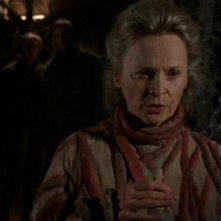 Bonnie Bartlett nel ruolo dell'inquietante Linea nell'episodio 'Prigionieri' della serie tv Stargate SG-1