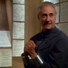 Brent Spiner nel ruolo del brillante scienziato Arik Soong, nell'episodio 'Terra di confine' della serie tv Enterprise