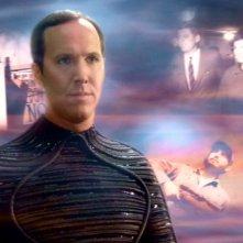 Daniels, interpretato da Matt Winston, osserva la linea temporale restaurata dal Capitano Archer nell'episodio: Nuovo fronte temporale - seconda parte, della serie tv Enterprise