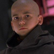 Jeff Gulka nel ruolo del piccolo alieno che arriva all'SGC per avvisarli di un pericolo nell'episodio 'Mostra e racconta' della serie Stargate SG-1