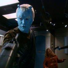 Jeffrey Combs in una scena d'azione a bordo dell'astronave Enterprise, nell'episodio 'Babel' della serie tv Entperprise