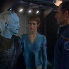 Jeffrey Combs insieme a Scott Bakula e Jolene Blalock in una scena dell'episodio 'Gli Aenar' della serie Enterprise