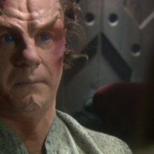 John Billingsley nel ruolo del Dott. Phlox mentre si trova nelle mani dei Klingon nell'episodio 'Divergenze' della serie Enterprise