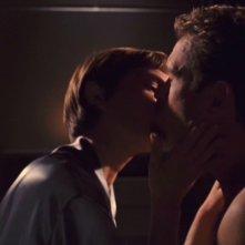 Jolene Blalock e Connor Trinneer in una scena romantica della serie tv Enterprise, episodio: Il messaggero